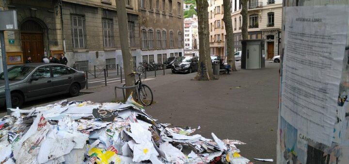 Le tas d'affiches arrachées représente environ deux mois de communication publicitaire, arrachées par six personnes afin de démontrer le gâchis de papier et de colle engendré par la publicité